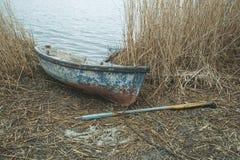 在河岸的老小船春天的 免版税库存图片