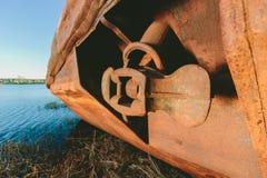 在河岸的老生锈的船 免版税库存图片