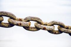 在河岸的老,肮脏和重的铁链子 免版税图库摄影