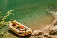 在河岸的黄色木筏 免版税库存图片