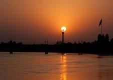 在河岸的Colorfull日落 免版税库存照片