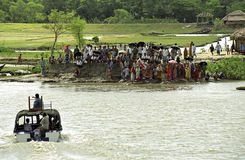在河岸等待的小船的孟加拉国的立场 免版税图库摄影