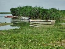 在河岸附近的三条小船 库存图片