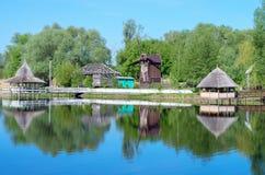 在河岸,磨房的木荫径 免版税库存照片