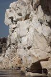 在河峡谷的每一边壮观的白色大理石岩石 免版税库存图片