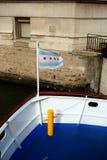 在河巡航小船的芝加哥旗子 免版税图库摄影