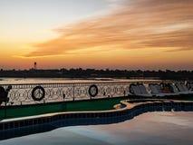 在河巡航期间的自然美好的日落在尼罗 ?? 免版税库存图片