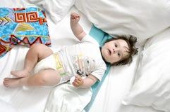 在河床上的婴孩与二个枕头 库存图片