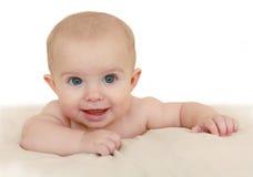 在河床上的微笑的婴孩 免版税库存图片