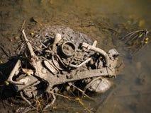 在河床低潮中的悉尼,澳大利亚的老被倾销的摩托车引擎 免版税库存照片
