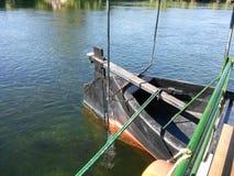 在河床的小船 库存照片