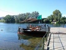 在河床的小船 库存图片