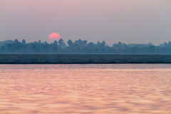 在河恒河的日出在瓦腊纳西,印度 免版税库存图片