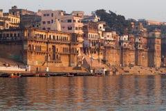 在河恒河的日出在瓦腊纳西,印度 免版税库存照片
