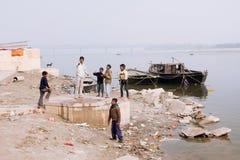 在河恒河的河岸的儿童游戏 库存图片