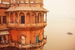 在河恒河神圣的水的塔视图在历史印度城市 免版税库存照片