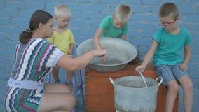 在河捉住的活小龙虾在露天的arge铝平底锅被烹调 妇女在平底深锅和盐水投入莳萝 小龙虾ar 股票录像