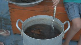 在河捉住的活小龙虾在露天的arge铝平底锅被烹调 妇女在平底深锅和盐水投入莳萝 小龙虾ar 影视素材
