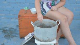 在河捉住的活小龙虾在露天的arge铝平底锅被烹调 妇女在平底深锅和盐水投入莳萝 小龙虾ar 股票视频