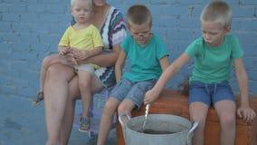 在河捉住的活小龙虾在露天的arge铝平底锅被烹调 妇女在平底深锅和盐水投入莳萝 股票录像