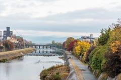 在河放松的,当秋天进来Gion地区,京都市,日本旁边的公开走道 免版税库存图片