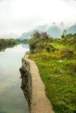 在河旁边的一条道路 库存照片