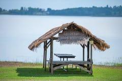 在河旁边的小屋 免版税库存照片