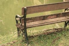 在河旁边的椅子在公园 免版税库存照片