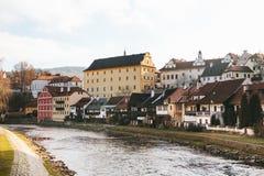 在河旁边的美丽的街道在捷克克鲁姆洛夫在捷克 其中一个最美丽的异常的城市  库存图片