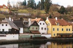 在河旁边的美丽的街道在捷克克鲁姆洛夫在捷克 其中一个最美丽的异常的城市  免版税库存图片
