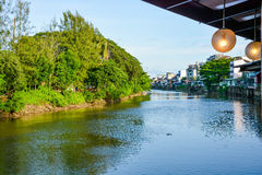在河旁边的议院 免版税库存图片