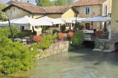 在河旁边的餐馆 免版税图库摄影