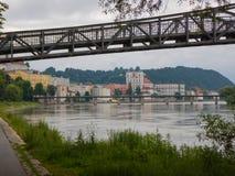 在河旅馆的步行桥在passau的历史中心 免版税库存图片