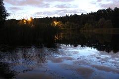 在河日出 反射 库存照片