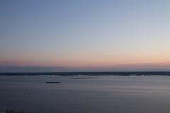 在河日落 在河的一艘偏僻的驳船 横向 免版税库存图片