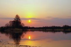 在河日落 库存图片
