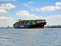 在河易北河,汉堡的集装箱船 免版税库存照片