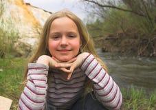 在河春天年轻人附近的女孩 免版税库存图片