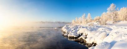 在河有薄雾的和树的春天风景在俄罗斯,乌拉尔的霜 免版税库存图片
