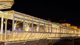 在河桥梁的建筑机盖在晚上 库存照片