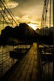 在河歌曲的桥梁在日落, Vang vieng,老挝 免版税库存图片