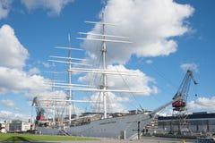 在河气氛的堤防的老帆船` Suomen Joutsen `,晴朗的8月天 芬兰土尔库 库存照片
