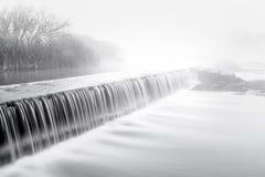 在河水坝的Mornig雾 库存照片