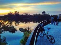 在河沿桥梁的自行车 库存图片