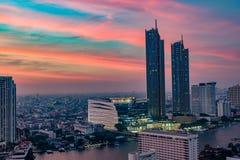 在河沿的城市scape在曼谷 免版税库存图片