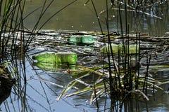 在河沿的塑料污染 库存照片