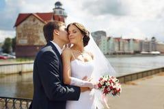 在河沿的婚礼夫妇 免版税库存照片