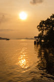 在河沿的日落 免版税库存照片