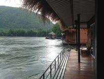 在河沿的木筏 免版税图库摄影