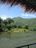 在河沿的木筏 免版税库存照片
